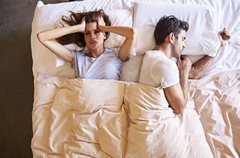 leczenie chrapania Kraków, kobieta nie może spać przez odgłosy chrapania