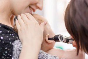 niemowlę z objawami bolącego ucha badane przez lekarza