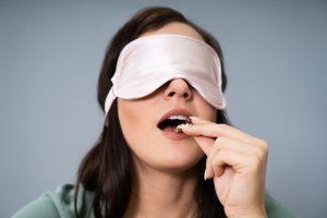 utrata smaku - kobieta jedząca z zawiązanymi oczami