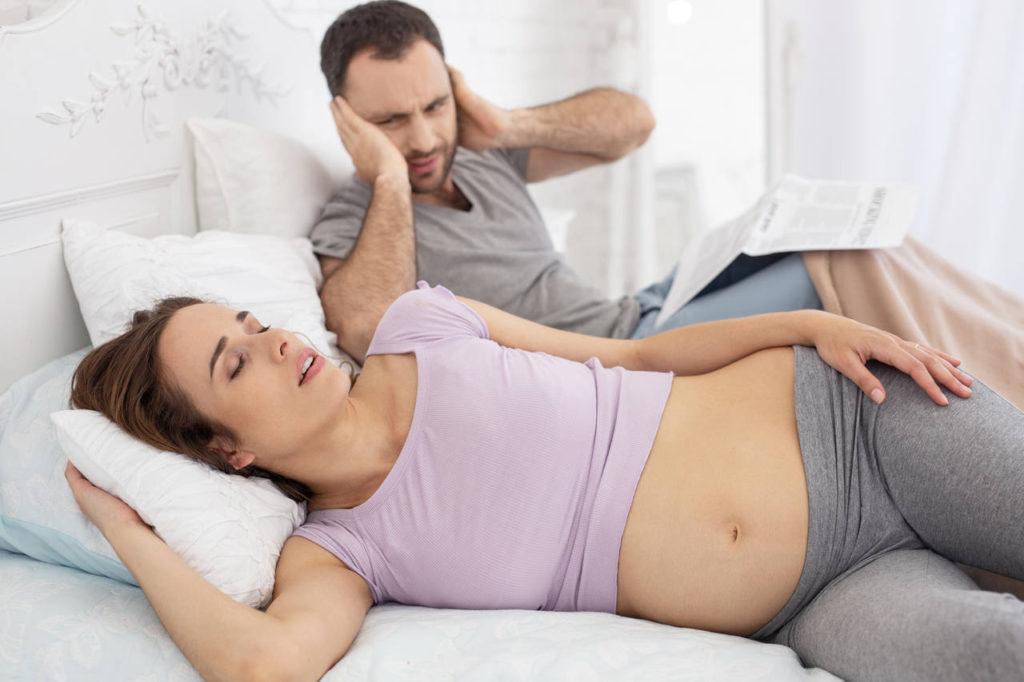 kobieta w ciąży chrapiąca podczas spania