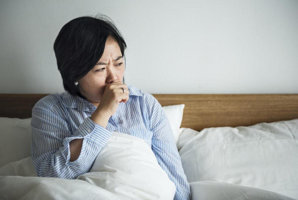 kobieta z astmą budzi się w nocy z powodu bezdechu sennego