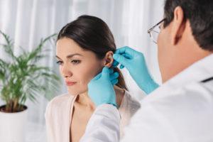 kobieta po korekcie uszu