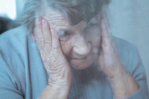starsza kobieta mająca zawroty głowy spowodowane zapaleniem błędnika