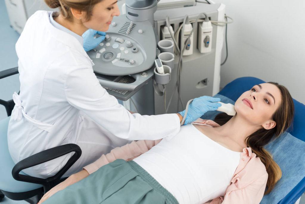 lekarka wykonuje pacjentce USG szyi