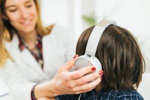 lekarka bada słuch dziecka