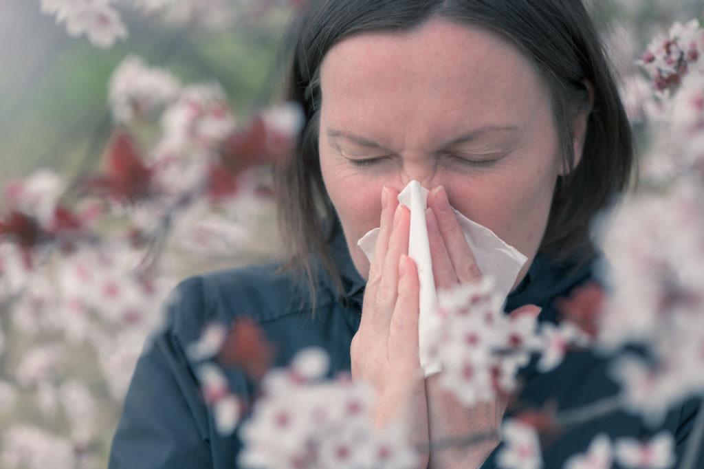 kobieta cierpiąca na alergię wiosenną