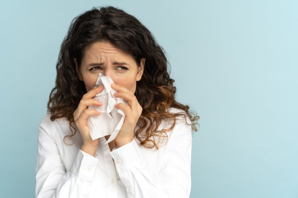 kobieta cierpiąca na niedrożność nosa