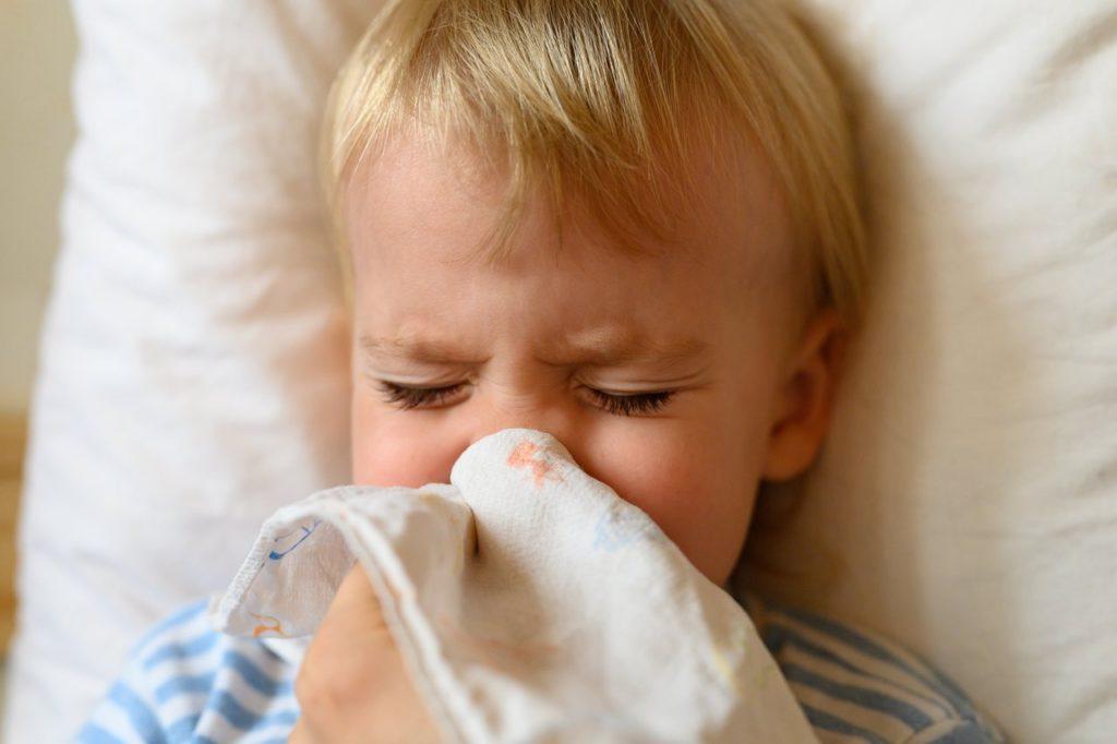 dziecko z zatkanym nosem wyciera katar