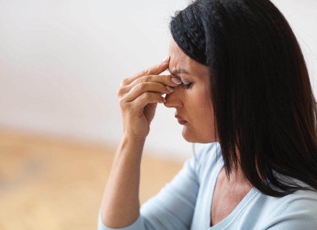 kobieta zmagająca się z suchym nosem