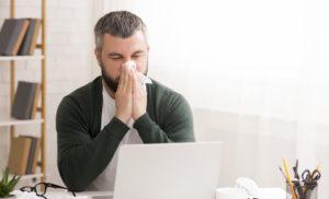 mężczyzna cierpiący na ból zatok z powodu klimatyzacji
